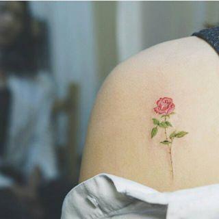 Esta rosa delicada. | 35 Diseños de tatuajes perfectos para el hombro