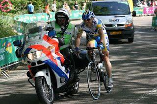 grappige plaatje Nederlandse politie agent helpt de fietser een handje