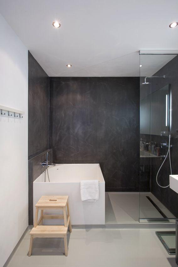 Salle de bains avec mur en béton…