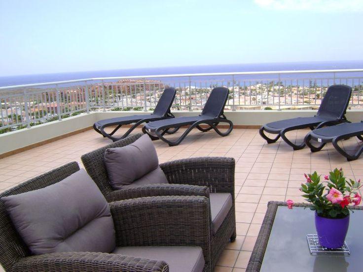 Mooie 2 slaapkamer / 2 badkamer appartement met terras en groot dakterras met prachtig zicht op het dorp en de kust van Palm-Mar, een heel speciaal appartement!