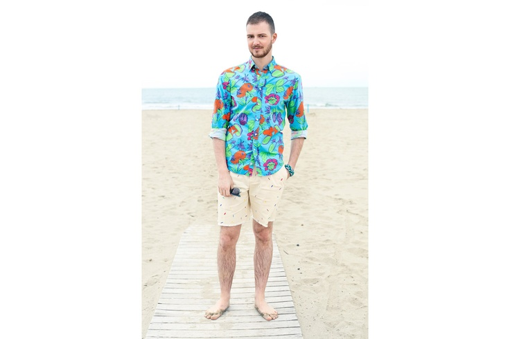 Andrea indossa camicia fantasia Hawaiian e bermuda con dettaglio surfboard Surf Shack #SurfShack