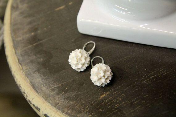 Orecchini di argilla del polimero, gioielli fatti a mano fiori, floral orecchini, orecchini palla fiore, Accessori Sposa, bianchi orecchini, orecchini…