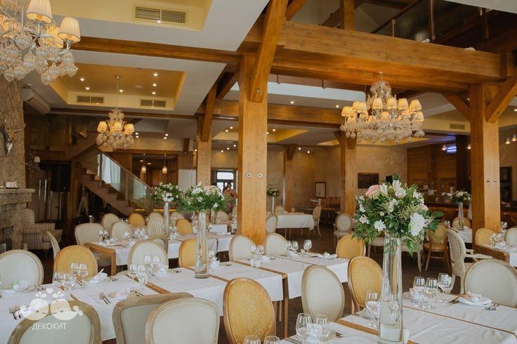 Летние композиции со свадьбы, проходившей в гольф-клубе. Для этого элегантного и стильного проекта мы создали свежие зелёные цветочные композиции, напоминающие распустившееся поле для гольфа :-) #гольф #зелень #свадьба2015 #свадьбаспб #цветочнаякомпозиция #студиядекора #декорспб #оформлениесвадьбы