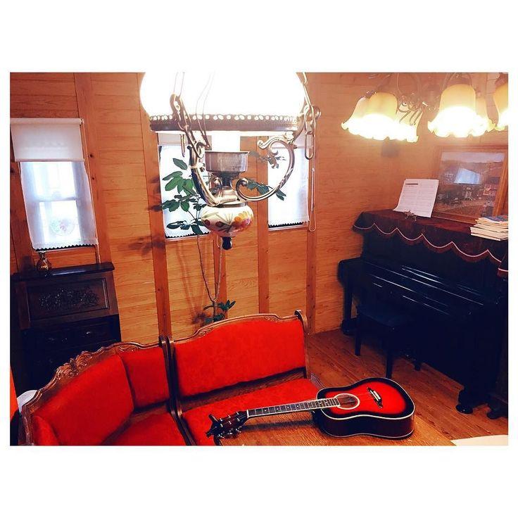 2016.4.25 MON 家の中で好きな場所 赤いソファーが素敵すぎてお気に入り   雨の日はゆっくり過ごしたいよね 弟とピアノをしたりギターをしたりトランプしたり久々にのんびり過ごせた   #today #daily #photo #photography #house #myhouse #home #room #red #piano #guitar #rainyday #写真 #家 #部屋 #お気に入り #얼스타그램 #방 #집 by 3mari3mari