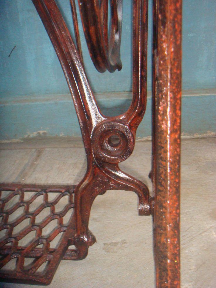 Kaki mesin jahit singer tua. Tampak detail siku kanan bagian bawah