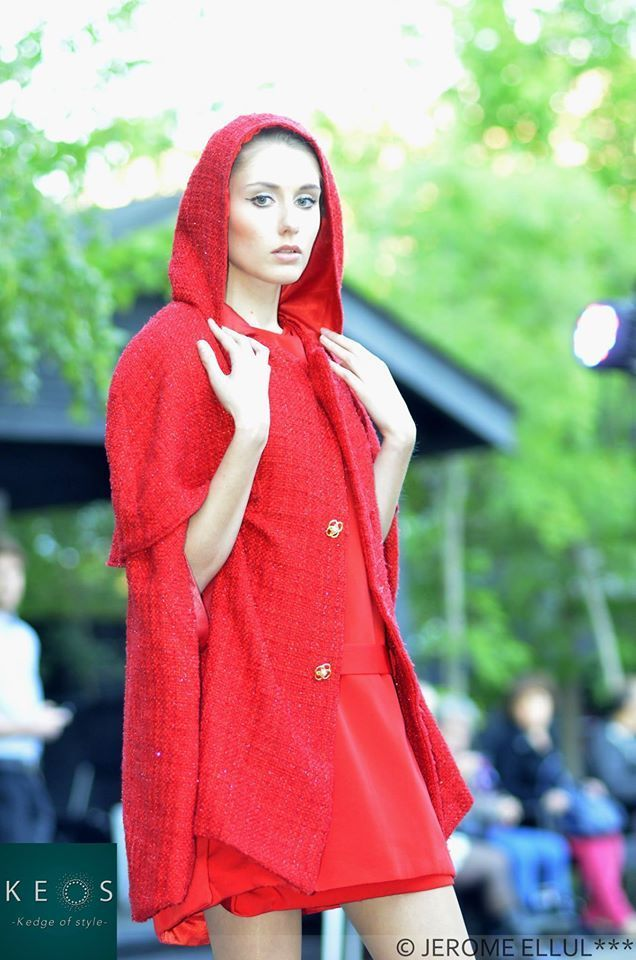 Styliste : INSIVANE  Photographe : Le Ny  Model : Laurena Eveno  Description de la création : Cape en laine rouge