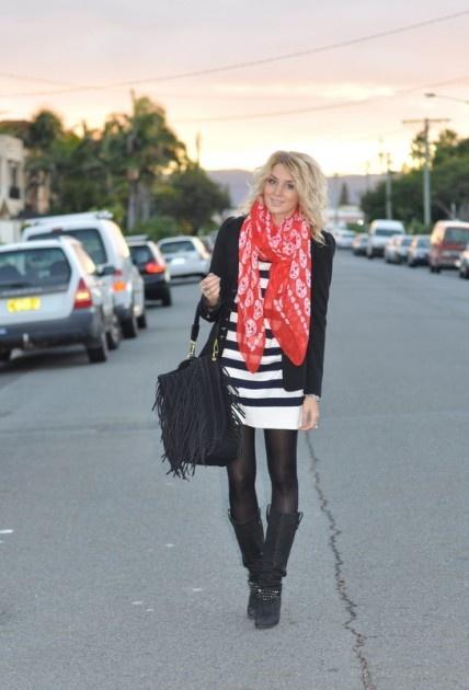 Vestido listrado navy + blazer preto + cachecol vermelho + meias opacas sobre bota cano alto pretos