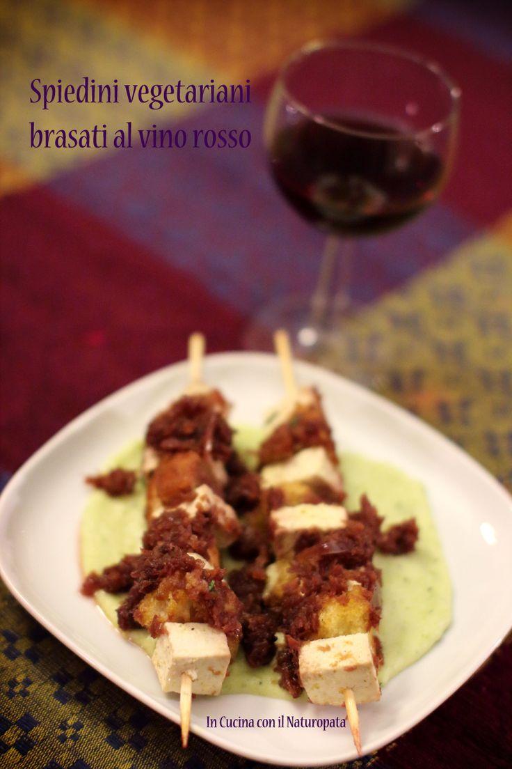 Spiedini vegetariani in una versione a base si tofu resi deliziosi dalla salsa al vino rosso che conferisce il tradizionale sapore di brasato.
