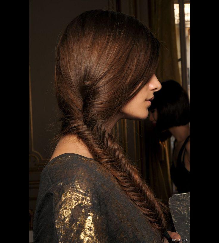 La trenza egipcia versión desfile. Para realizar una sola condición: tener cabello largo. Si el cabello es demasiado corto la trenza no quedará bien fijada.