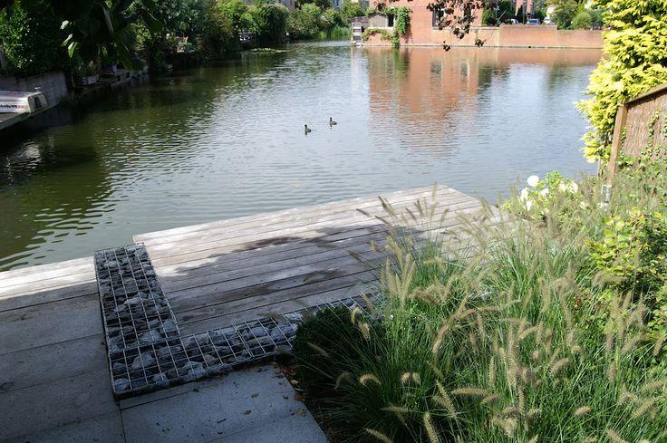 Stadstuin aan het water met een mooie eiken vlonder om heerlijk aan de waterkant te genieten.