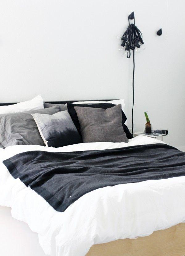 Draps blancs, coussins et plaids gris et noir