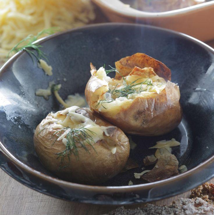 Запеченный картофель с сыром от Юлии Высоцкой Вкусное блюдо от студентов Англии — Jack Potatoes был изобретен именно там, и сначала в картошку добавлялись просто масло и соль, потом сыр, а теперь начинок великое множество: тунец со сладкой кукурузой, рубленое яйцо со сметаной, ветчина и жареный лук. Очень вкусно! Если морская соль у вас слишком крупная, можно слегка измельчить ее в ступке. #едимдома #готовимдома #рецепты #кулинария #домашняяеда #юлиявысоцкая
