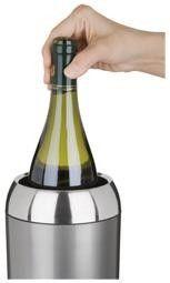 Cooler Blink sulkeutuva yläosa    Trudeaun viinicooler on tyylikäs ja käytännöllinen.    Coolerin yläosa sulkeutuu pullon ympärille ja yhdessä pohjassa olevien irrotettavien kylmävaraajien kanssa ne viilentävät pullon ja näin juoma pysyy viileänä tarvittaessa vaikka koko illan. Cooleriin sopii sekä maksimissaan litran vetoiset viinipullot kuin shampanjapullotkin.