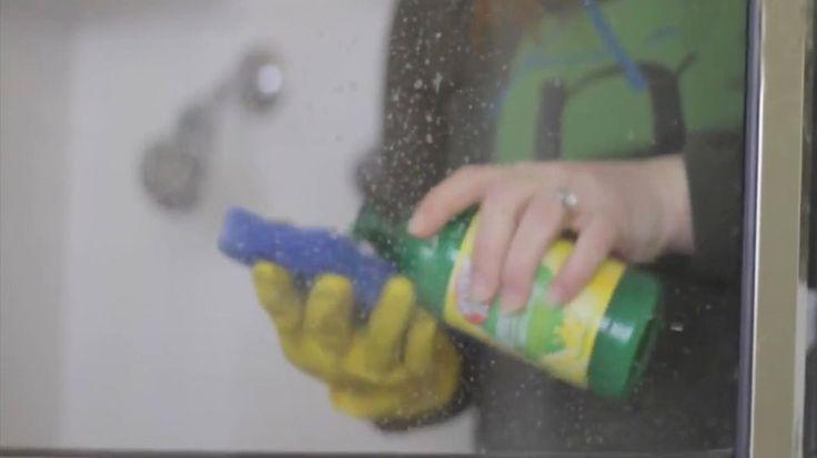"""Fliesen reinigen: Die besten Hausmittel und Tipps - """"Wie ihr Fliesen im Bad und in der Küche richtig reinigt, Fugen entkalkt und Schimmel vermeidet, zeigen wir euch hier."""""""