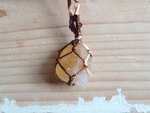 halsketting met ruwe edelsteen in macramé setting
