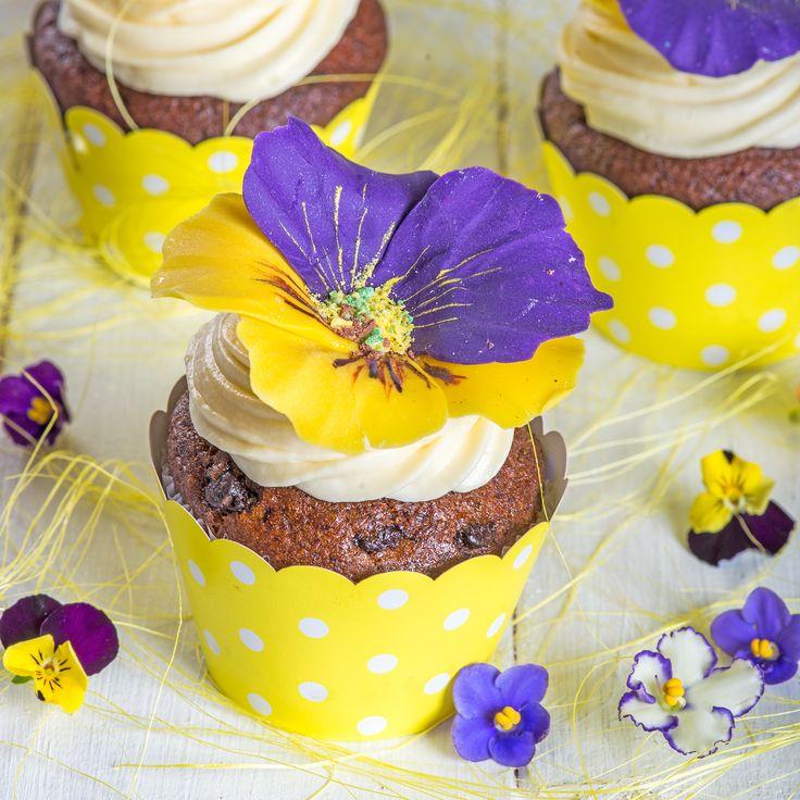 Deosebit de elegante si rafinate, panselutele, sunt detaliile gingase ce decoreaza aceste delicioase cupcake-uri.  Le poti face cadou persoanei dragi sau chiar le poti introduce in Candy bar-ul mult visat.  Pret unitar : 16 lei / buc
