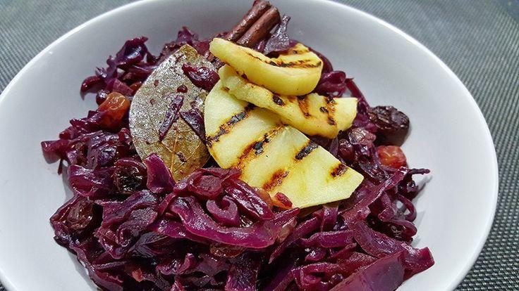 Rode kool met appel en rozijnen, lekker als bijgerecht #recept #recepten #koken #eten #diner #food #rodekool