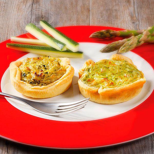 Fragranti tortini assortiti di pasta brisèe ripieni di asparagi e di zucchine.