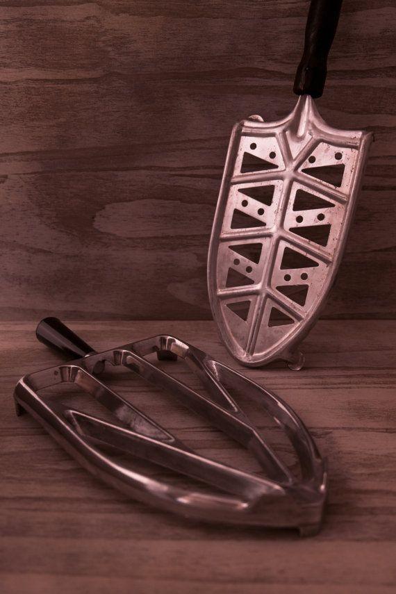 2 rare vintage alluminium iron rests. Trivet for di Daedaleum