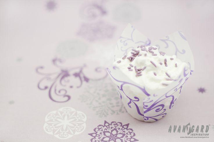 Fialová svatební inspirace - dortík se šlehačkou   ///   Violet wedding inspiration - cupcake with cream