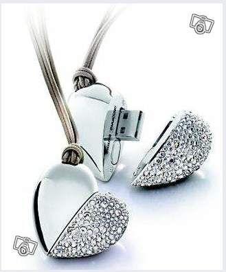 Swarovski coeur crystals cle usb philips -  Bijoux Pendentif coeur USB Swarovski C'est le collier vraiment beau et utile que vous aimerez avoir sur vous,recouvert du plus éclatant cristal, savoir faire de la mythique marque Autrichienne Swarovski, complété d'une clés USB de 1 GO / 2.0, par le géant