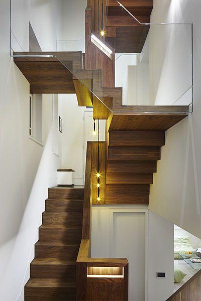 Srdcem domu je nově vytvořené schodiště ze dřeva amerického černého ořešáku.