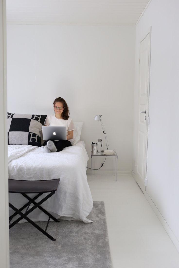 Homevialaura   Blogging at home office   classic interior   bedroom   Artmide Tolomeo   Kartell Jolly   Hermes Avalon   VM-Carpet Hattara