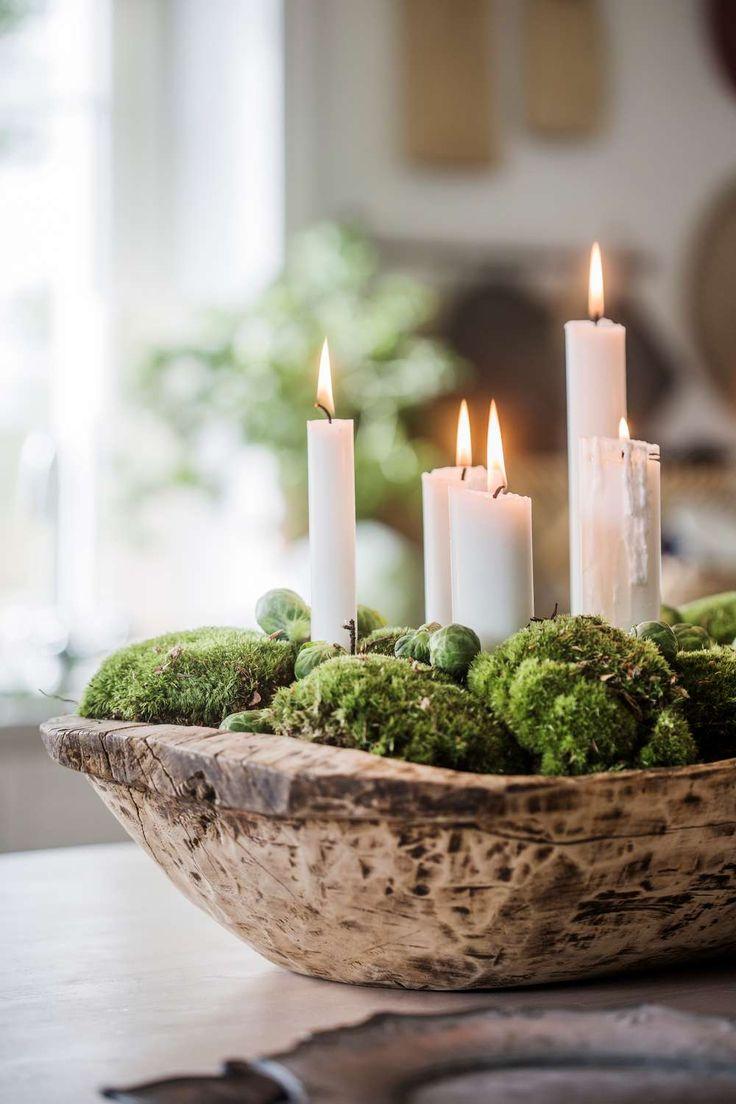 Ett tråg fyllt med mossa, brysselkål och ljus sprider stämningsfullt sken i köket, 1 695 kr, Artilleriet. Glöm bara inte att släcka ljusen innan du lämnar rummet.