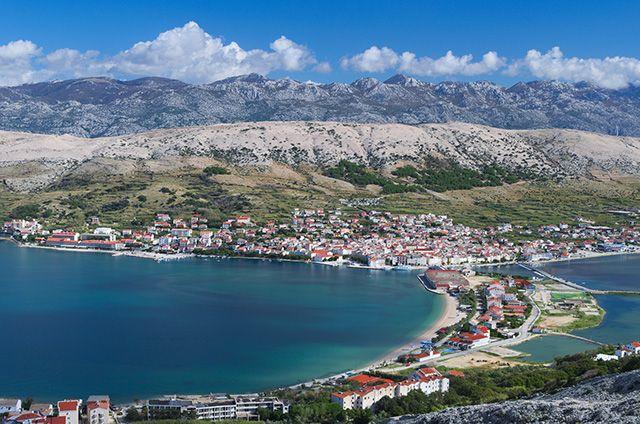 Vue sur le village de Pag, Croatie. http://www.lonelyplanet.fr/article/les-10-plus-belles-iles-croates #village #Pag #île #Croatie #voyage
