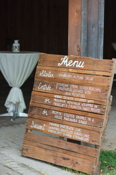 sandra belgarde idée de présentation bar  Rustic chic Ontario barn wedding: http://www.stylemepretty.com/canada-weddings/ontario/2014/07/10/rustic-chic-ontario-barn-wedding-at-country-heritage-park/ | Photography: http://www.sbpphotography.com/