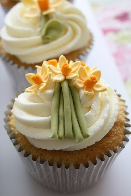 Wedding cupcakes with cute little daffodils #wedding #weddingcupcakes #cupcakes #spring #yellow