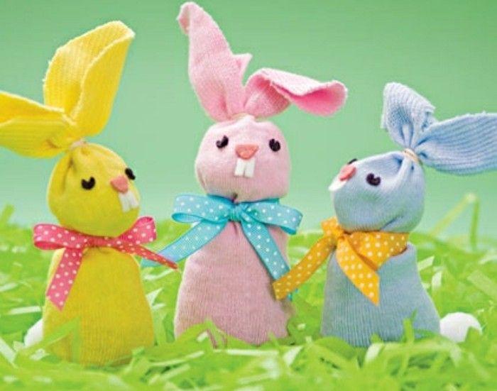 des lapins en tissu jaune, rose et bleu, avec des rubans, idée activité manuelle primaire et activité manuelle paques pour enfants