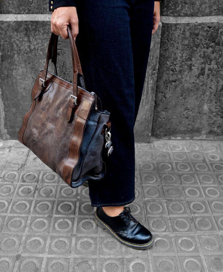 Empezamos el Lunes con la mente puesta en las Navidades  Nos encanta regalar y tener éxito pero...y auto regalarnos?  Si buscáis una excusa para comprar ese bolso que tenéis visto desde hace tiempo: Ahora es el momento!!  . . . #brussosa #viveladifference #christmas  #regalabrussosa #bag #leather #leathergoods #bolso  #style #streetstyle #barcelona #shopping #shoplocal #slowfashion #handmade #madeinspain #handmadebag #oneofakind #original #exclusive #italy #winter #バルセロナ  #レザーバッグ