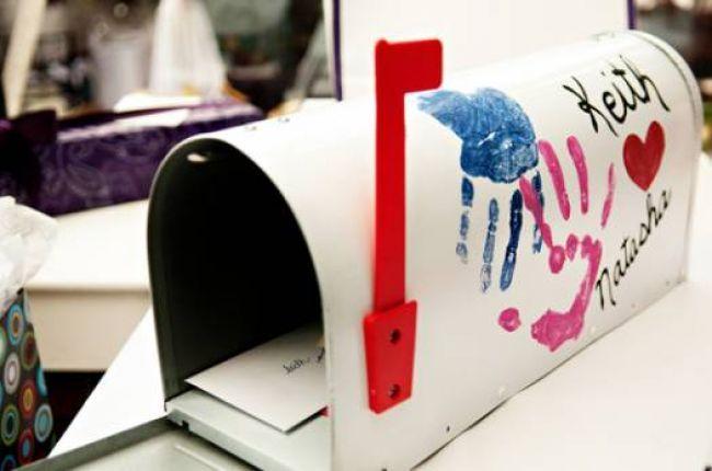 Caixa de correio com as mãos dos noivos para os convidados deixarem recados. Foto: Daydream Weddings