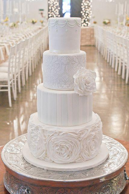 Balta kāzu torte - katram tortes stāvam savs dizains + vienreizēji skaista tortes pamatne ❤