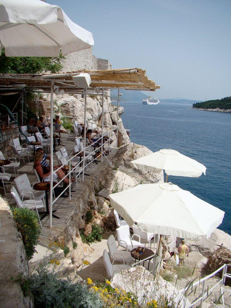 The Buza Bar, Dubrovnik, Croatia; Dit ongewone rotsstrand ligt verscholen aan de zuidkant van de stadsmuren en je kunt er komen via een kleine deur in de muur van St. Steven. Deze deur vind je als je door de smalle steegjes achter de kathedraal loopt. Dit strand is echt één van de meest romantische plekjes in Dubrovnik.