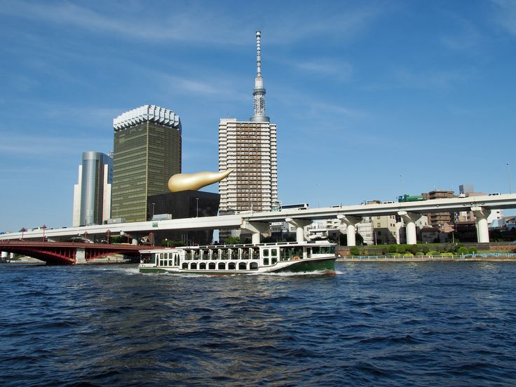 隅田川を疾走する遊覧船