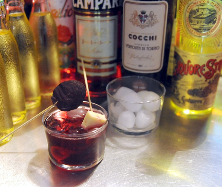 """La prima delle """"polibibite"""" - era vietato usare parole straniere come cocktail - preparate dal """"miscelatore"""" Fulvio Piccinino al ristorante Il Kitchen di Torino, la sera del 26 novembre 2012: """"Giostra d'alcol"""" con Barbera, Campari e Cedrata Tassoni"""