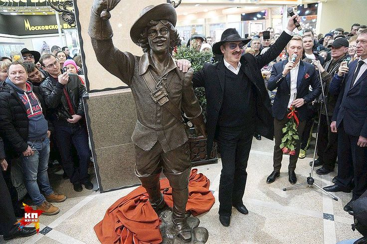 Фото дня: В одном из торговых центров Екатеринбурга появился бронзовый памятник Д'Артаньяну, на презентацию которого в город приехал исполнитель этой знаменитой роли актер Михаил Боярский.