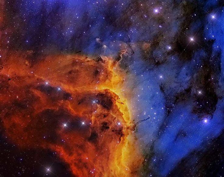 astronomie-basel:  Der markante Emissionsgrat auf dieser scharfen farbigen Himmelslandschaft ist als IC 5067 katalogisiert. Der Grat ist Teil eines größeren Emissionsnebels mit einer unverwechselbaren Form die allgemein Pelikannebel genannt wird er ist etwa 10 Lichtjahre groß und zeichnet die Kurve von Kopf und Hals des kosmischen Pelikans. Auf dieser Falschfarbenansicht wurde das vorherrschende Leuchten der schmalen Emissionslinien der Atome im Nebel in eine Farbpalette übersetzt die durch…