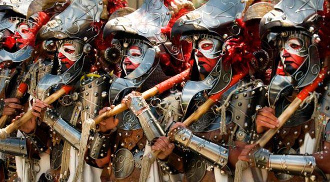 Desfile durante las Fiestas de Moros y Cristianos de Alcoy (Alicante) © Oficina de Turismo de Alcoy