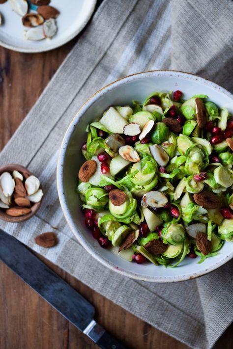 Super nem og lækker salat med rosenkål. Denne salat med rosenkål er vendt i en senneps-honningdressing og toppet med pærer og granatæblekerner. Mums.