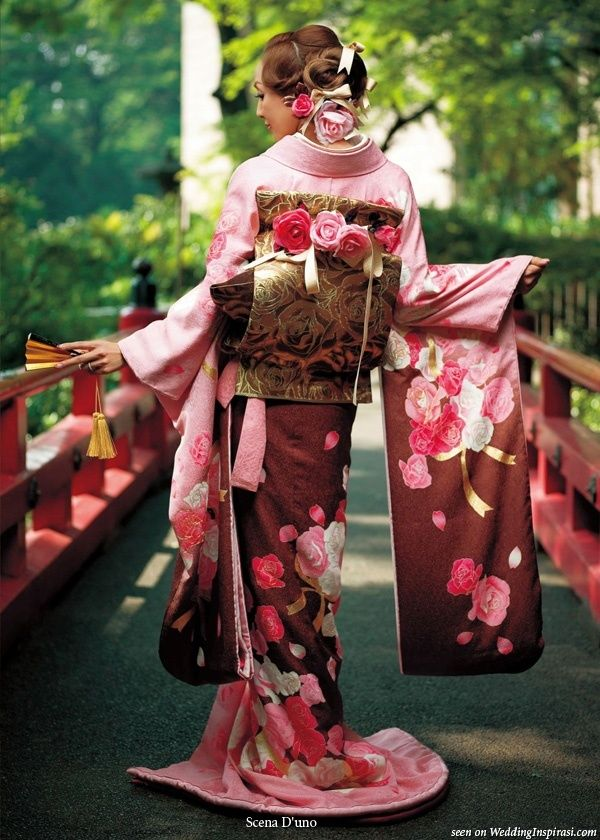 Scena Duno wasou bridal kimono () collection Back view of gold obi sash showing a version of the drum knot or taiko musubi accented with pink and red roses to match the motif on the dress. fashions-kimono fashions-kimono