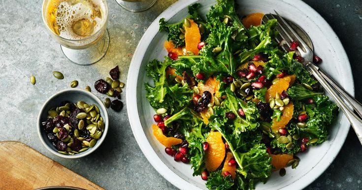 Recept på en krispig och fräsch grönkålssallad med apelsin och granatäpple.