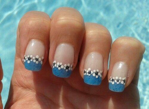 Nail art french bleu et petites fleurs. Brijoux nail art.