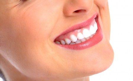 Haben auch Sie entzündetes Zahnfleisch? Neigen Sie zu Zahnfleischbluten? Bildet sich Ihr Zahnfleisch bereits zurück? Dann leiden Sie möglicherweise an Parodontitis. Die chirurgischen Möglichkeiten der Zahnmedizin sind in diesem Fall nichts für schwache Nerven. Höchste Zeit für ganzheitliche Massnahmen, um der Parodontitis ein Ende zu bereiten. Wussten Sie beispielsweise, dass schon allein eine konsequente Ernährungsumstellung oft nahezu wundersame Auswirkungen auf eine Parodontitis hat?
