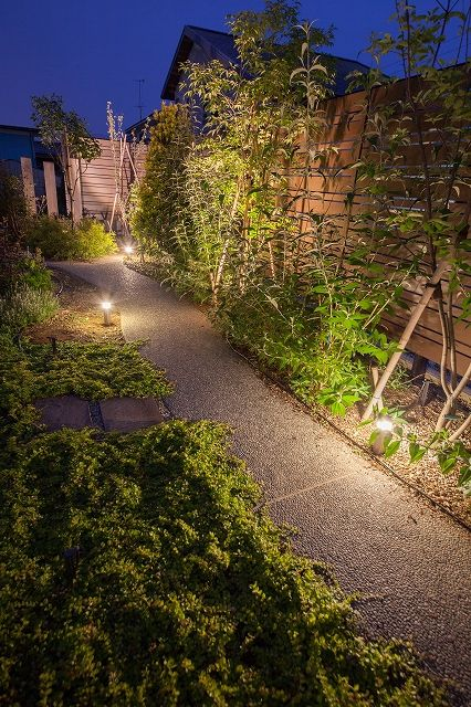 あたたかな光と植栽でお客様をもてなす。玄関まで導く庭の小路。 #lightingmeister #pinterest #gardenlighting #outdoorlighting #exterior #garden #light #house #home #planting #omotenashi #entrance #guide #alley #narrowlane #植栽 #おもてなし #エントランス #玄関 #導く #誘導 #ガイド #小路 #小道 #庭 Instagram https://instagram.com/lightingmeister/ Facebook https://www.facebook.com/LightingMeister