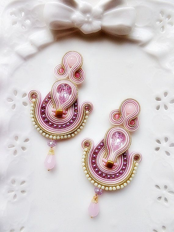 Soutache earrings with a central swarovski drop of 18x13 mm. I worked with pale rose, rose and gold braids. I also used rose quertz pearls and