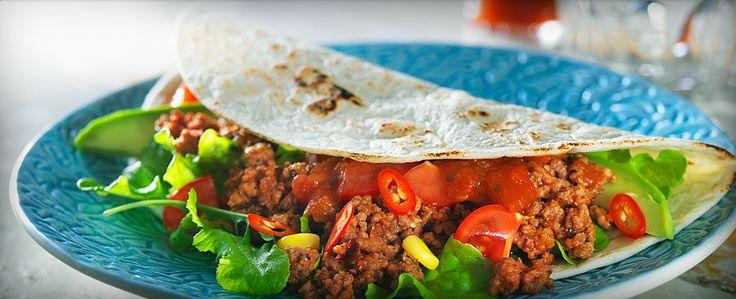 Klassiske tacos med hetere krydder. Server tilbehør som salat oggrønnsaker i skåler og la gjestene dine fylle tacoskjellene med sine favoritter.