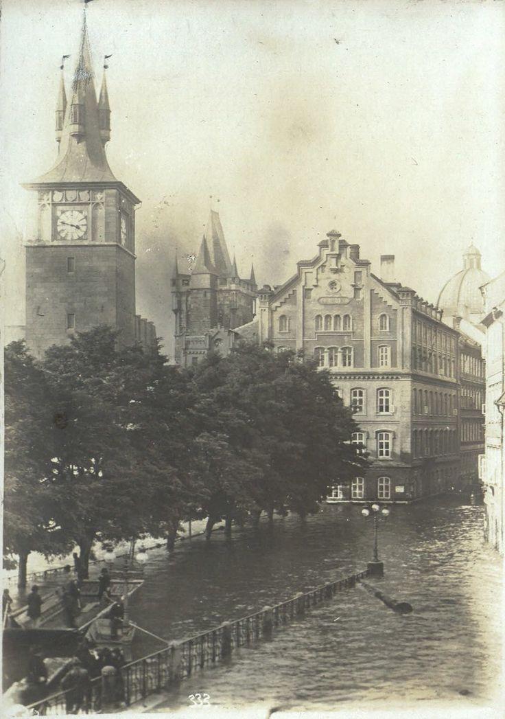 Staroměstské mostecké mlýny při povodni v roce 1890.